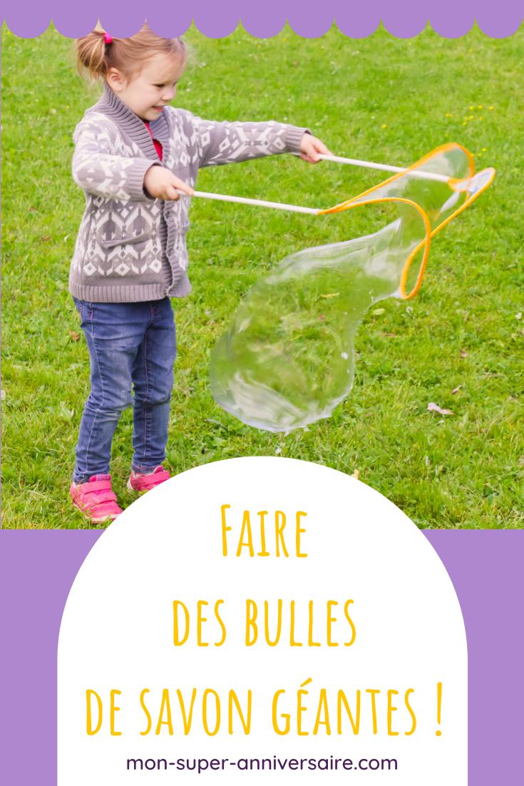 Découvre nos astuces pour réussir à faire facilement des bulles de savon géantes pour l'émerveillement des petits et des grands !