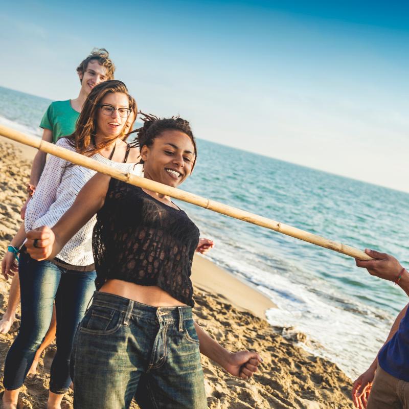 Le jeu du limbo convient à tous les âges et il est parfait pour mettre de la bonne humeur lors d'une fête d'anniversaire.