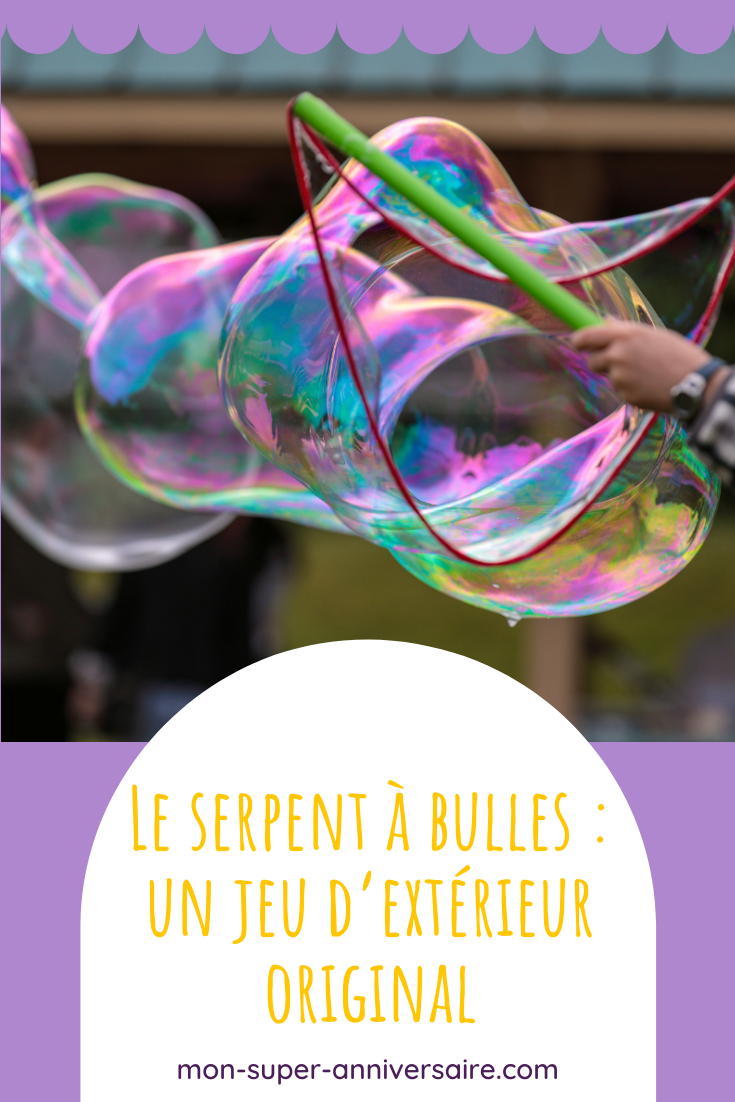 Faire un serpent à bulles est une activité surprenante qui peut se pratiquer en extérieur et à plusieurs lors d'une fête d'anniversaire.