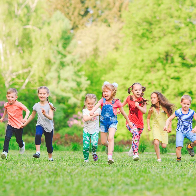 Le jeu du béret est facile à organiser et très sympa lors d'une fête d'anniversaire our enfants en extérieur.