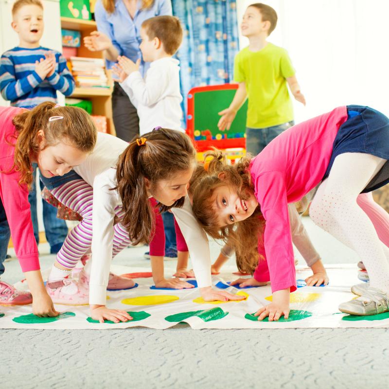 Un parcours pieds-mains amuse toute la famille lors d'une fête d'anniversaire. Retrouve nos conseils pour l'organiser facilement !