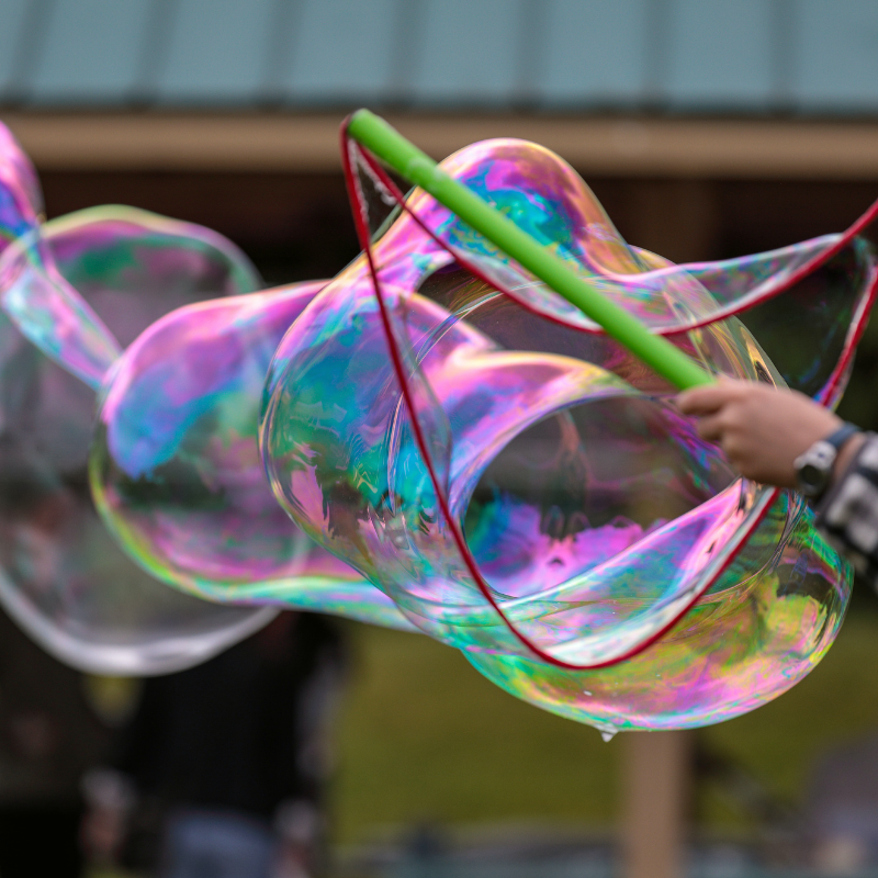Faire un serpent de bulles est une activité surprenante qui peut se pratiquer en extérieur et à plusieurs lors d'une fête d'anniversaire.